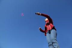 куртка играя женщину красного цвета пропеллера Стоковое Фото