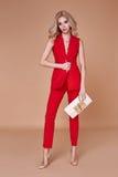 Куртка костюма красивой сексуальной милой носки девушки красные silk и брюки s Стоковое Фото