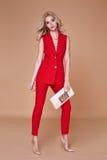 Куртка костюма красивой сексуальной милой носки девушки красные silk и брюки s Стоковые Фотографии RF