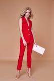 Куртка костюма красивой сексуальной милой носки девушки красные silk и брюки s Стоковые Изображения RF