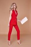 Куртка костюма красивой сексуальной милой носки девушки красные silk и брюки s Стоковое фото RF
