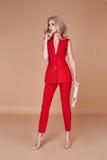 Куртка костюма красивой сексуальной милой носки девушки красные silk и брюки s Стоковая Фотография
