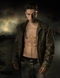Куртка красивого робототехнического человека нося кожаная Стоковое Изображение RF