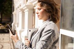 Куртка красивой молодой коммерсантки нося стоковое фото rf