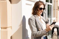 Куртка красивой молодой коммерсантки нося стоковая фотография rf