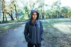Куртка клобука Sporty женщины нося и слушая музыка Стоковое Фото