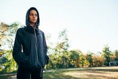 Куртка клобука Sporty женщины нося и слушая музыка Стоковая Фотография