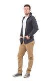 Куртка свитера уверенно вскользь человека нося смотря камеру стоковые изображения rf
