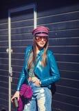Куртка стильной счастливой молодой женщины нося кожаная Стоковые Фото