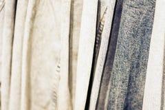 Куртки джинсовой ткани на вешалке в магазине одежды женщин стоковое изображение rf