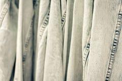 Куртки джинсовой ткани на вешалке в магазине одежды женщин стоковые изображения rf