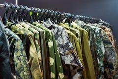 Куртки для охотиться и удить на вешалке в магазине Стоковое Изображение