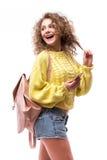 Курчавая беседа девушки к кто-то от умного телефона Стоковые Фото