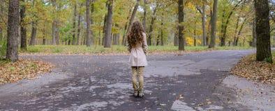 Курчавая девушка принимая решениеем которое путь пойти Стоковое Фото