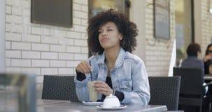 Курчавая женщина с кофе видеоматериал