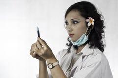 Курчавое азиатское docter женщины. Стоковая Фотография RF