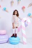 Курчавое милой маленькой моды ребёнка милое модельное темное белокурое Стоковое Изображение RF