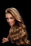 Курчавые белокурые волосы Модель красоты с шикарными волосами тома стоковое изображение