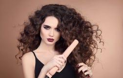 _ Курчавые волосы красоты Портрет очарования красивого wo Стоковые Изображения RF
