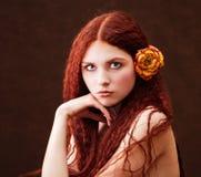 курчавые детеныши портрета волос девушки Стоковые Фотографии RF