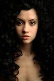 курчавые шикарные волосы девушки стоковая фотография rf