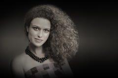 Курчавый толщиной стиль причёсок портрета женщины волос Стоковое Фото