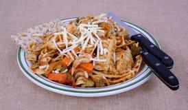 Курчавый угол плиты сыра овощей макаронных изделий Стоковая Фотография RF