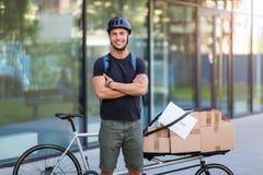 Курьер велосипеда делая доставку стоковые фотографии rf