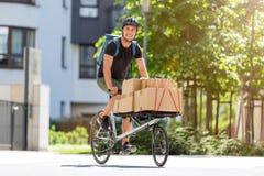 Курьер велосипеда делая доставку стоковое изображение rf