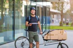 Курьер велосипеда делая доставку стоковое фото rf