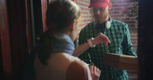 Курьер поставил дом пиццы, клиент оплатил наличные деньги и подсказку сток-видео
