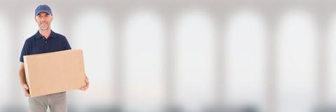 Курьер поставки с коробкой перед запачканной предпосылкой Стоковое Фото