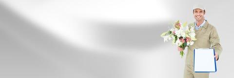 Курьер поставки с цветками и форма перед запачканной предпосылкой стоковое изображение