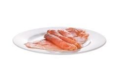 курят ломтики, котор изолированные тарелкой salmon стоковые изображения