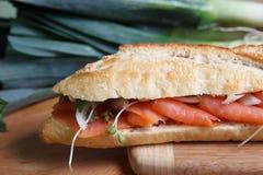 Курят salmon сандвич на разделочной доске Стоковое Изображение