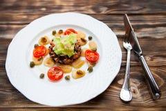 Курят salmon салат с rosti картошки и fraiche creme Overhea стоковое фото
