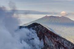 куря вулкан в Бали Стоковые Изображения