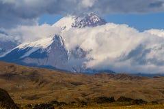 Куря вулкан в Камчатке Стоковые Фотографии RF