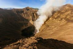 Куря вулкан Mt Bromo в восходе солнца стоковое изображение rf