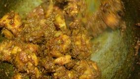 Куря горячее индийское будучи деланным карри цыпленка сток-видео