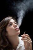 Куря женщина Стоковые Фотографии RF