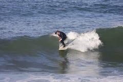 куря заниматься серфингом Стоковая Фотография RF