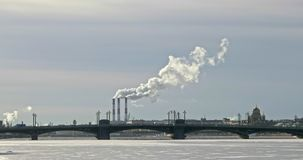 Куря камины в зимнем времени во взгляде Санкт-Петербурга над рекой Neva сток-видео