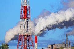 Куря печные трубы фабрики промышленное загрязнение Стоковые Фото