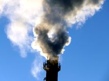 Куря печные трубы черного дыма от завода Стоковое Фото