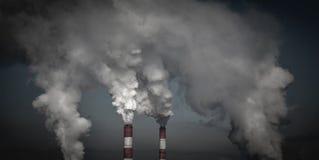 Куря промышленные печные трубы в темных облаках Концепция для охраны окружающей среды Стоковые Изображения RF