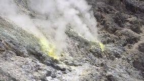 Куря фумаролы на активном вулкане Sibayak около Berastagi сток-видео