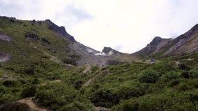Куря фумаролы на активном вулкане Sibayak сток-видео