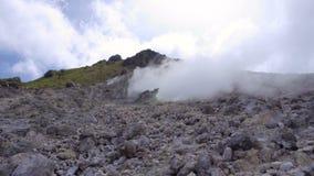 Куря фумаролы на активном вулкане Sibayak акции видеоматериалы