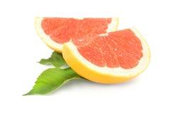 2 куска грейпфрута изолированного на белой предпосылке Стоковые Изображения RF